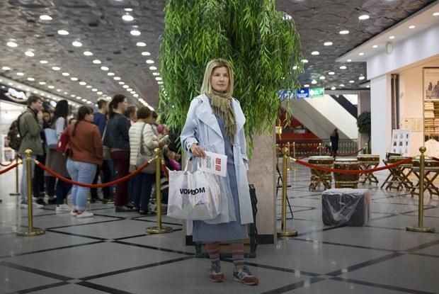 Люди, которые занимают очередь на открытии магазинов в Екатеринбурге
