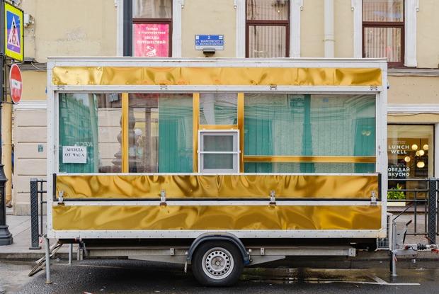 Кто поставил золотой фургон вцентре Петербурга ичто внем происходит?