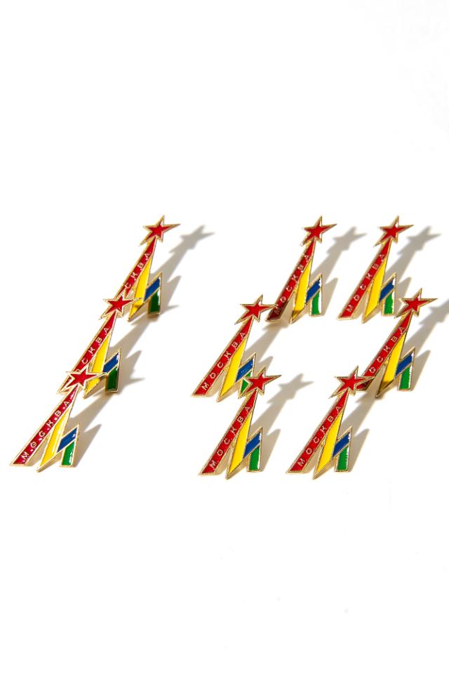 Разноцветный значок ввиде буквы «М» к10-летию Heart ofMoscow