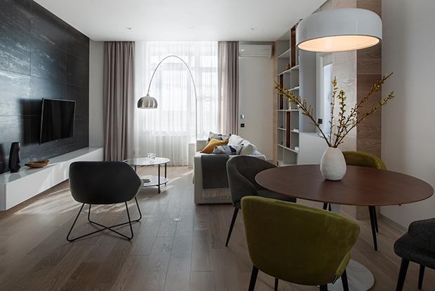 Белые стены, дерево и керамогранит в двухкомнатной квартире в «Дипломате»