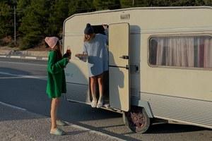 Оверсайз, унисекс и съемки в путешествиях: Как бренд Macrocosm влюбляет в повседневную одежду