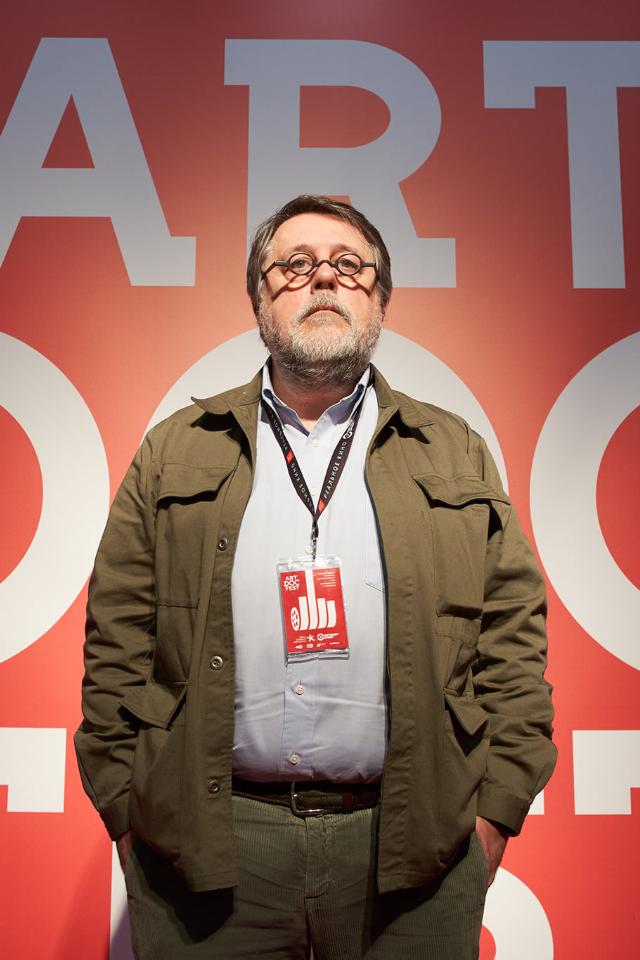 Активисты Serb напали наорганизатора «Артдокфеста» Виталия Манского. Они говорят, что бросили внего трусы