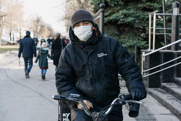«Немного героическая работа»: Московские курьеры — одоставке вовремя пандемии