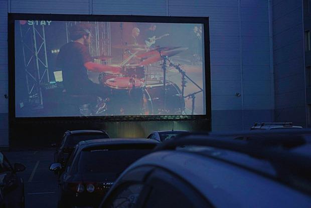 Как в Петербурге организовали онлайн-концерт в автомобильном кинотеатре