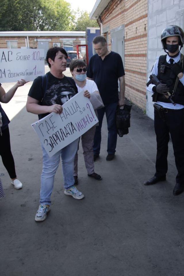 Работникам масочного завода вМоскве невыплачивают зарплаты. Ониустроили митинг
