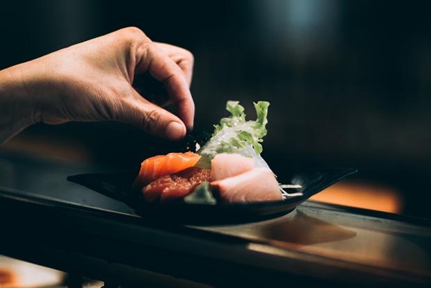 Рулеты из форели и рисовые чипсы: Шесть простых закусок к шампанскому от шефов из Екатеринбурга