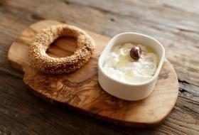 Греческий завтрак: Бублики кулури сдзадзики