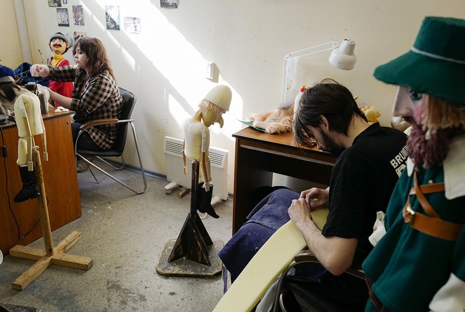 Как выглядит закулисье кукольного театра?