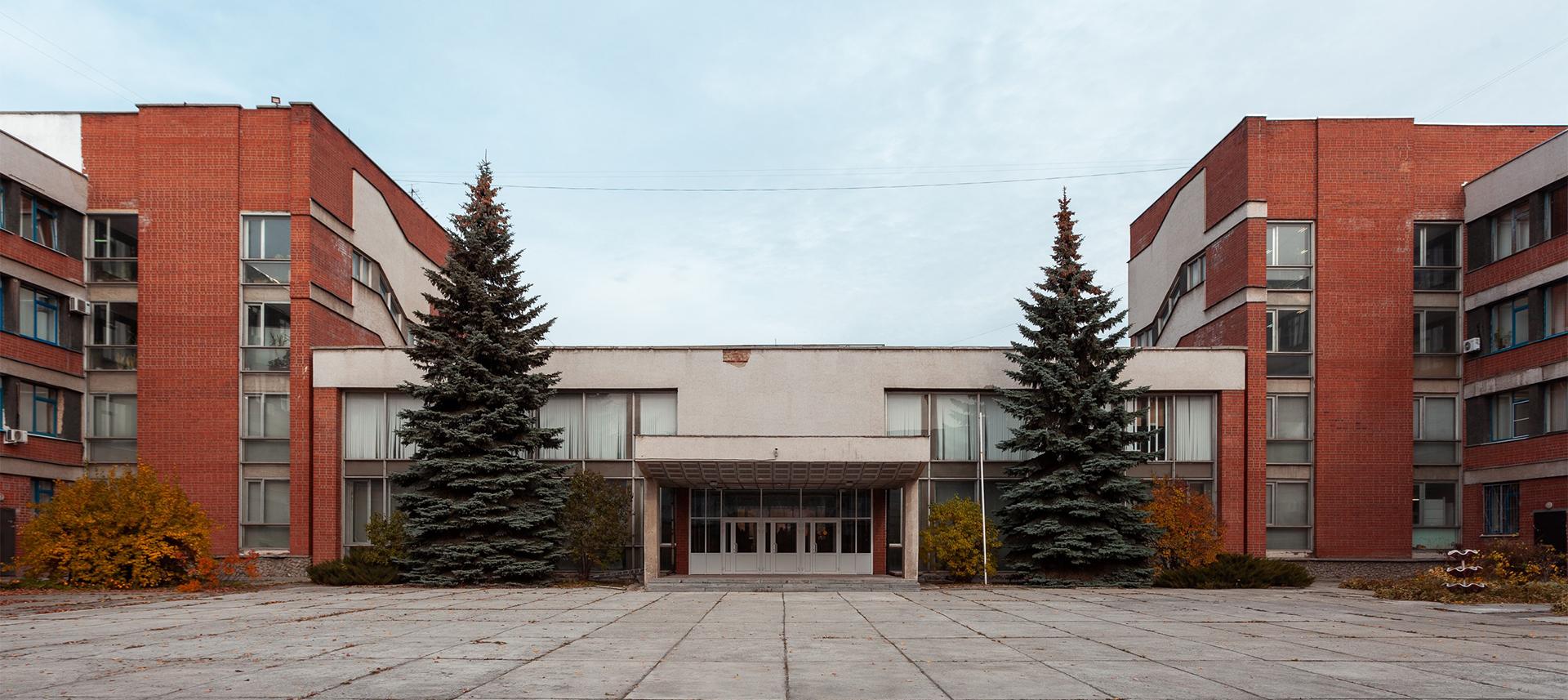 Первый свердловский кампус икирпичный модернизм: здание УрГПУ напроспекте Космонавтов