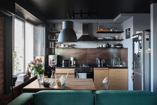 Квартира с черным потолком, вкоторой живет молодой онколог (Петербург)