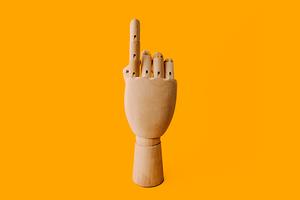 Платежки отпечатком пальца и встроенные продажи: Как устроены современные банковские приложения