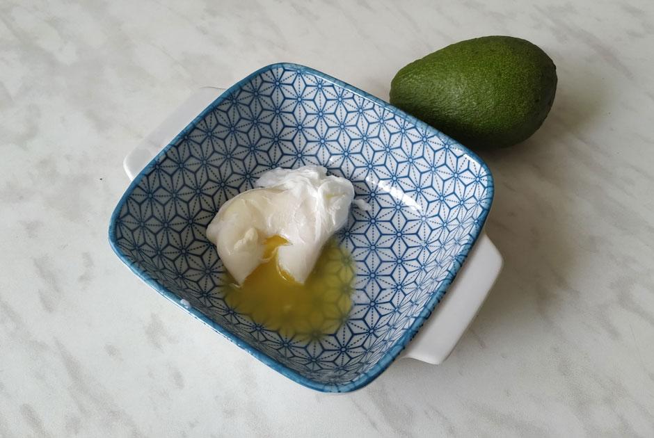 «Основательно разлохматилось»: Редакция готовит яйца пашот попопулярным рецептам