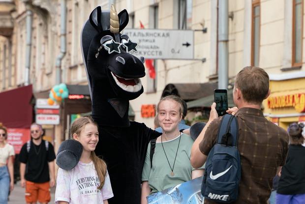 Репортаж с Невского проспекта, накоторый вернулись Петры I, живые статуи и продавцы матрешек