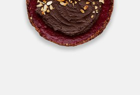 Шоколадно-клюквенный тарт скремом изавокадо иорехами
