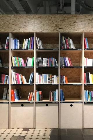 На«Стрелке» открылась библиотека скнигами про урбанистику