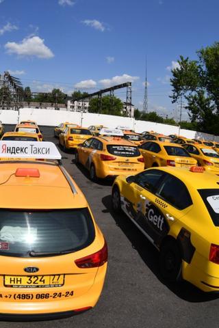Агрегаторы такси икаршеринги смогут через базу ГИБДД проверять, естьли уводителей права