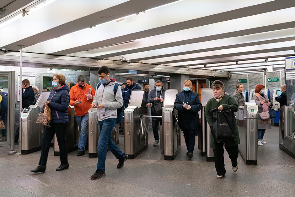ВПетербурге обещали непускать вметро пассажиров без масок. Вот что вышло на самом деле