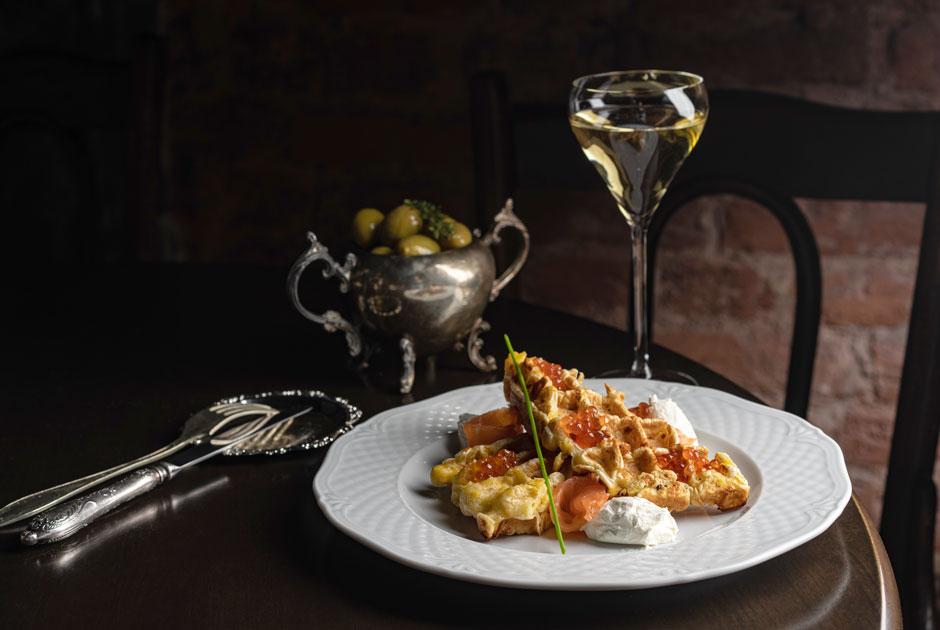 Итало-греческий ресторан Abyss наДекабристов, секретный бар откоманды Gypsies &Jews и«Подписные булочки»