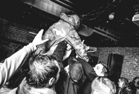 «Пару раз просыпался там в подсобке»: Музыканты, промоутеры и посетители — о закрытии клуба «Дич»