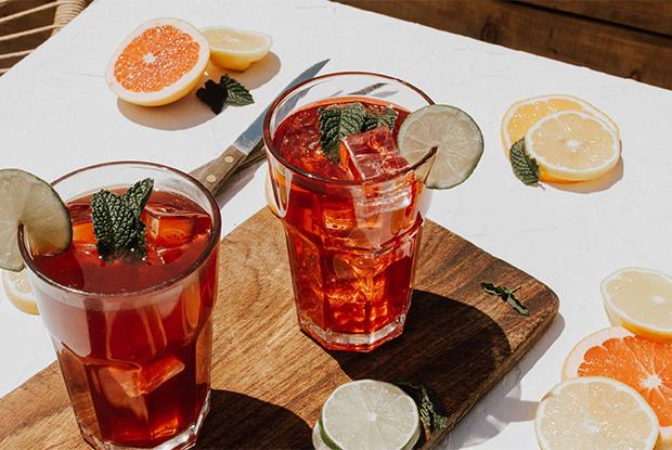«Классика», «Мохито», «Сангрия» и«Розелла»: Четыре рецепта летних коктейлей скомбучей