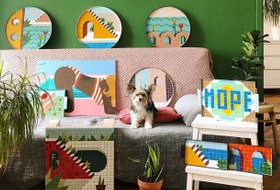 Диванная выставка: Картинымосквичей на диванах и кушетках