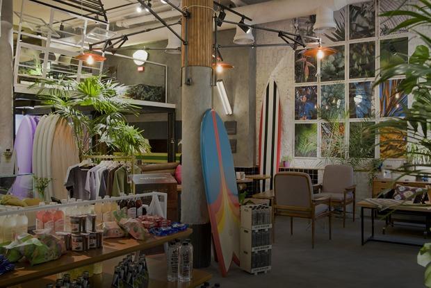 Двухэтажная кофейня Surf Coffee с серфами и пальмами на Площади 1905 года