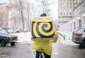 «Нам тоже нужно что-то есть»: Курьеры «Яндекс.Еды» — о том, сколько зарабатывают во время пандемии