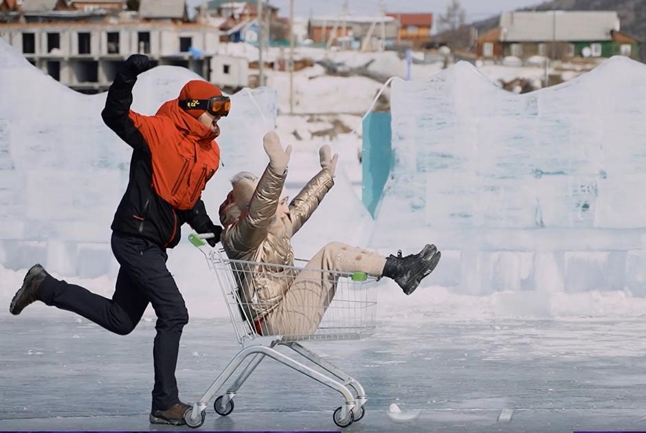 Гонки в тележках из супермаркета по льду Байкала