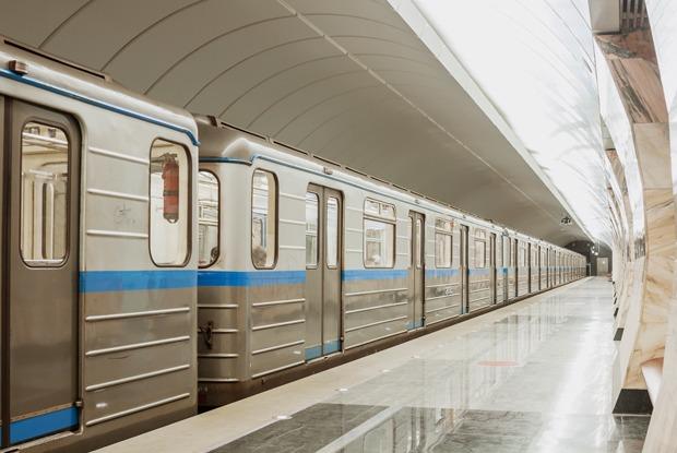 Почему не нужно придерживать двери вагона метро опаздывающим?