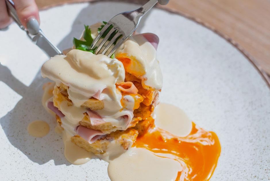 «Морской богатырь», салат цезарь, яйца бенедикт: Самые популярные блюда вмосковских ресторанах. Часть1