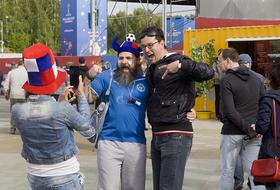 Лама Борис и песни до рассвета: Чем заняты фанаты из Франции и Перу в Екатеринбурге