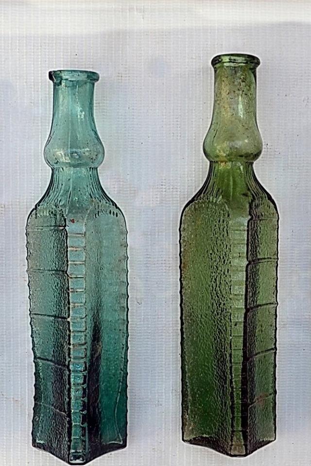 Старинные стеклянные бутылки иосколки керамики, найденные при реставрации «Художественного»