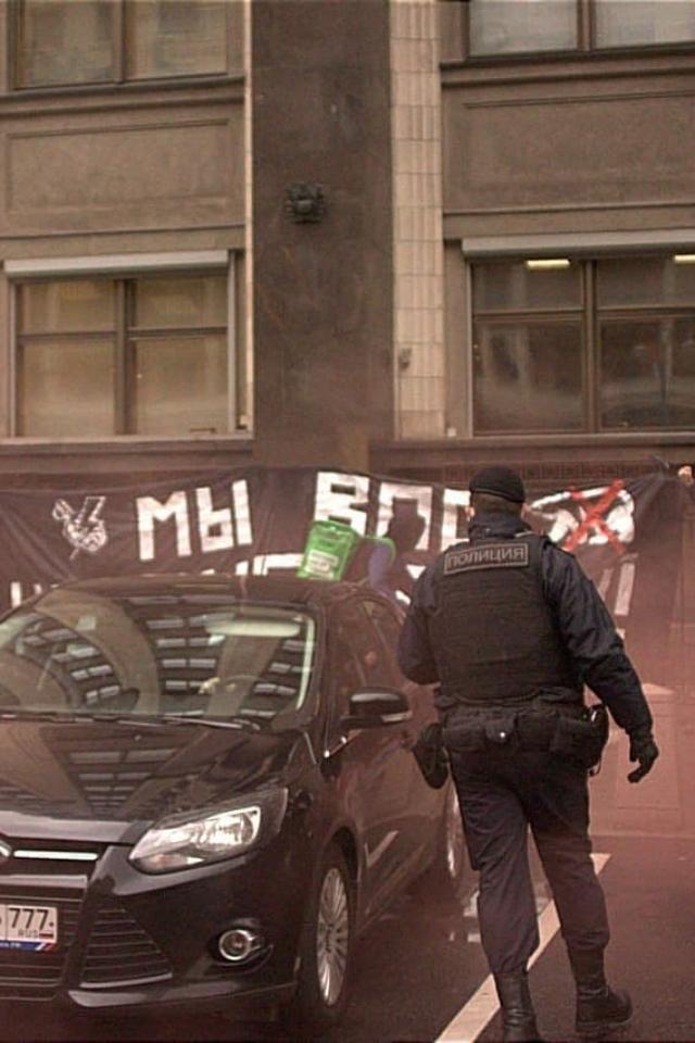 Нацболы вывесили баннер «Мывас невыбирали» около здания Госдумы. Ихзадержали