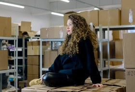 Кудри в городе: Каккудрявые девушки создают собственное комьюнити, косметику ипарикмахерские вМоскве