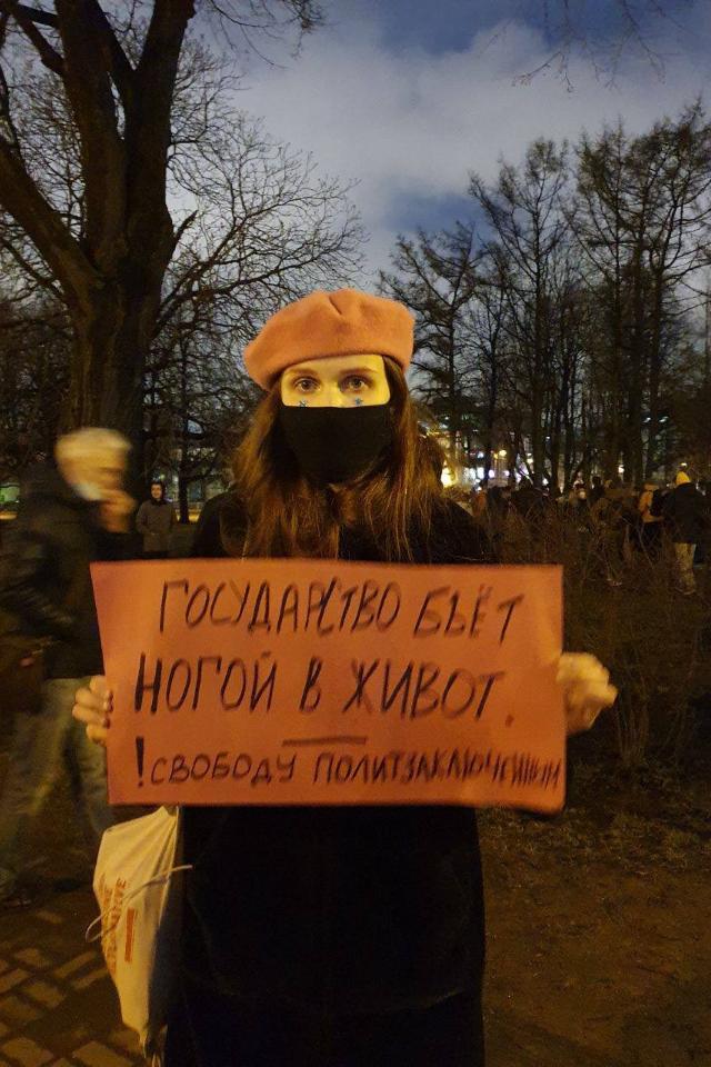 Активистку Лелю Нордик оштрафовали на10тысяч рублей из-за акции 21апреля. Апосле суда снова задержали