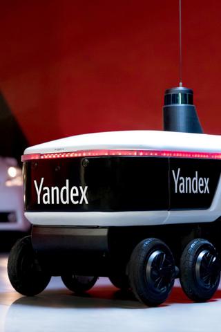 Роботы-курьеры «Яндекса» начали доставлять продукты измагазинов. Правда, пока только вХамовниках