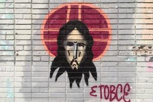 Художник рисует Иисуса Христа на стенах домов по всей России. Ему 28 лет и у него опухоль мозга