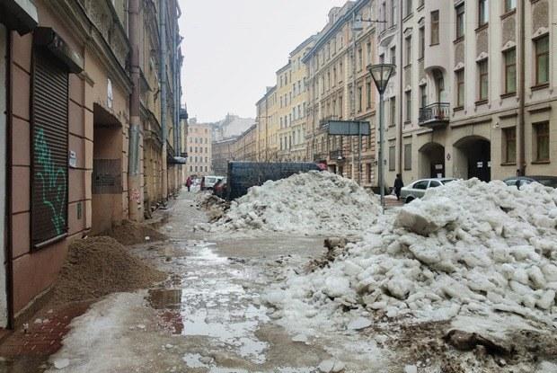 Как тает Петербург: Горы грязного снега, гигантские лужи и разбитые автомобили