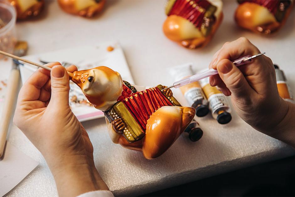 Мечтали побывать на фабрике Деда Мороза? Посмотрите, какподЕкатеринбургом делают елочные украшения ручной работы