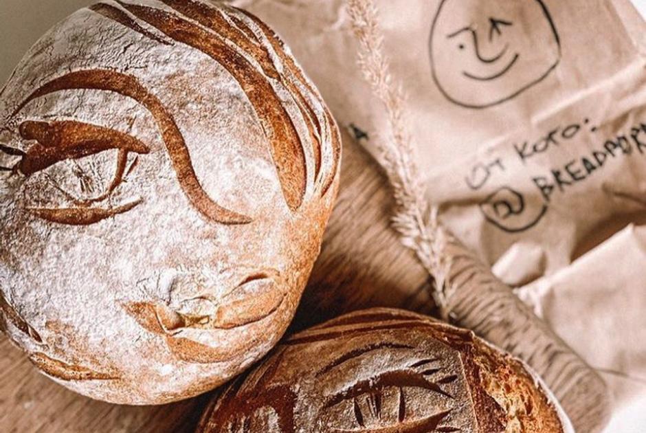 «Я пеку хлеб с портретами»: Актриса Серафима Красникова — о карантинном хобби, которое превратилось в гастропроект