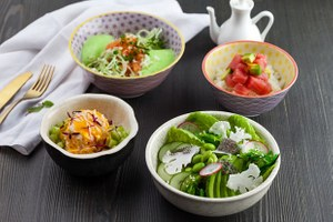 Хрустящий, с овощами, суперфудами и крабом: Четыре рецепта поке от шефа Momo pan asian kitchen