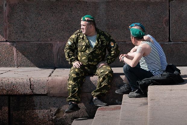 Как петербуржцы празднуют День Победы на улицах города