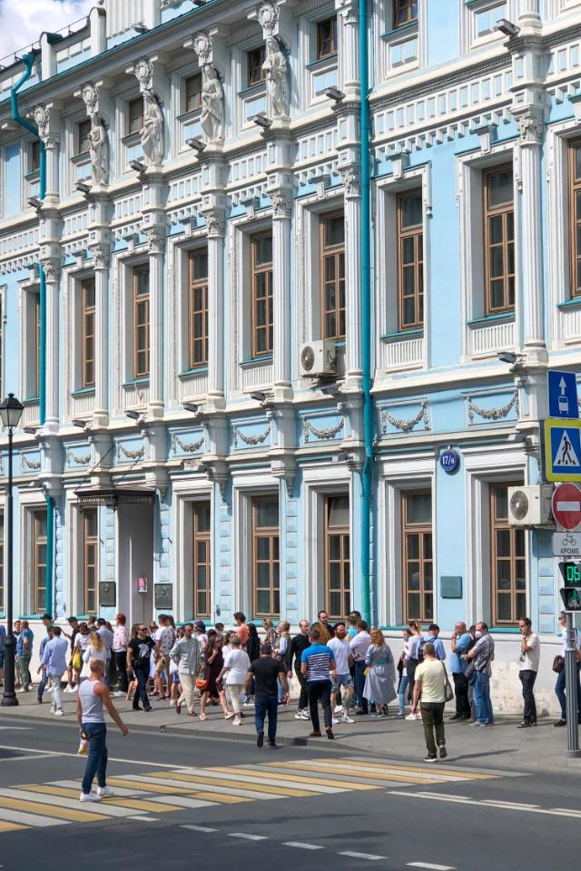 После закрытия избирательного участка впосольстве Беларуси полиция оттеснила протестующих отздания