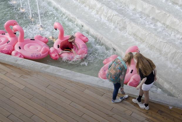 Место притяжения: Фонтаны и фламинго в летнем парке у «Меги»