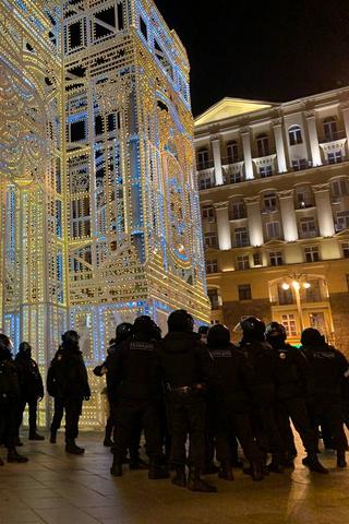 Больше 1000задержанных вМоскве, толпы силовиков вцентре