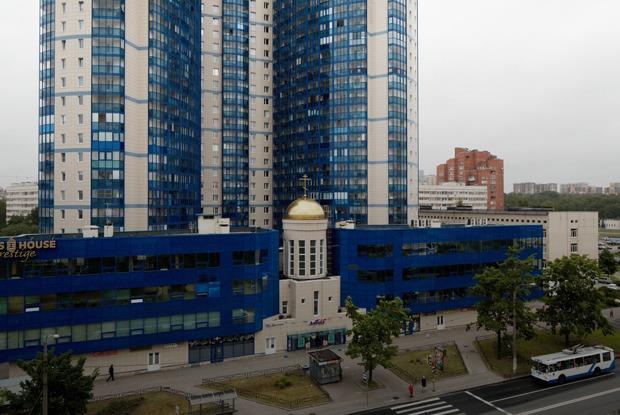 Яживу вновостройке сдомовым храмом (Петербург)