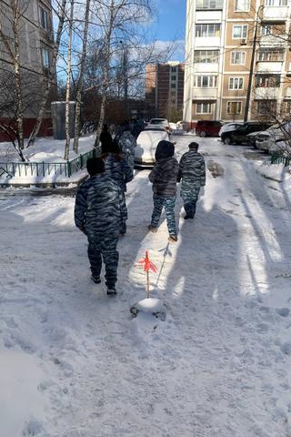 ВМоскве задержали 25 человек, которые вформе ОМОНа охраняли «Свободу» наснегу. Одну участницу ждет суд