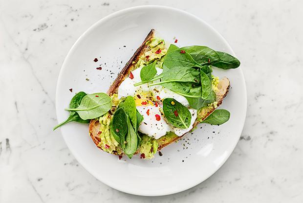 Разрезать или взять руками: Как правильно есть яйцо пашот