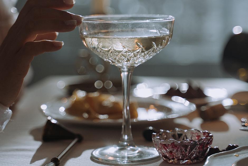 Почему шампанское стоит дороже тихих вин и других игристых?