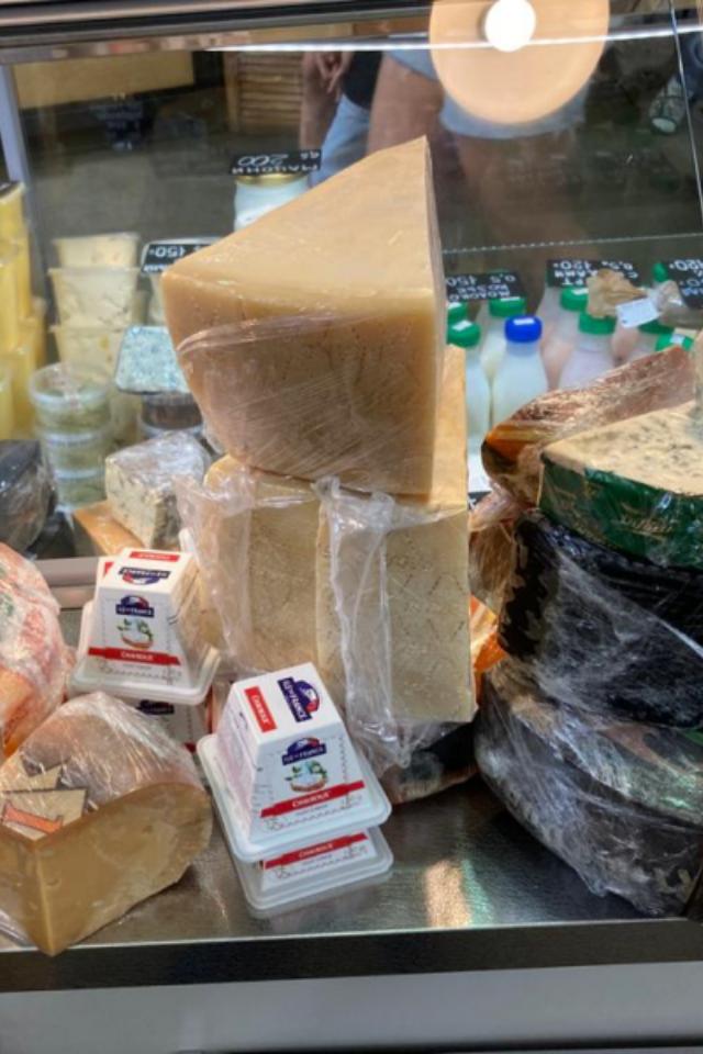 112килограммов ликвидированного санкционного сыра наДаниловском рынке. Амоглибы съесть!